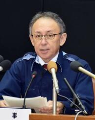 沖縄県内で新たに1人の新型コロナウイルス感染を確認したと発表する玉城デニー知事=19日午後、沖縄県庁