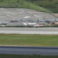 着陸時にタイヤがパンクした小型セスナ機=30日午前11時25分ごろ、那覇空港
