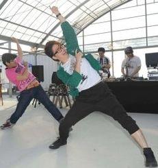 DJが流す曲に合わせて「オタ芸」ダンスを踊る参加者