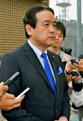 翁長雄志知事との会談後、質問に答える維新の党の江田代表=18日、那覇市