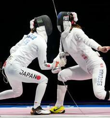 女子エペ個人3回戦 エストニア選手(右)と対戦する佐藤希望=幕張メッセ