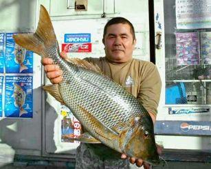 1月30日、西洲海岸で74センチ5.19キロのタマンを釣った宮城盛隆さん