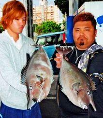 慶良間の磯で58センチ、2キロのバショーカーを釣った宮平聖士さん(左)と58センチ、2・2キロのバショーカーを釣った屋嘉部裕次さん=22日