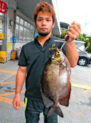 那覇の若狭海岸で48センチ、2・1キロのカーエーを釣った小橋川竜行さん=6月13日
