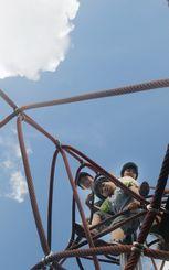 青空の下、遊具にのぼってはしゃぐ子どもたち=11日午後3時30分ごろ、浦添市宮城・大宮公園