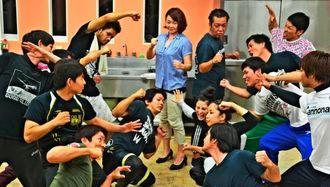 「アクションも見どころの一つ」とファイティングポーズをとる玉城美香と津波信一(中央)=宜野湾市内