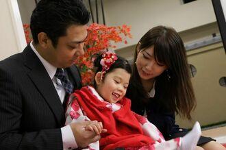 両親に囲まれる森川陽茉莉ちゃん(中央)=「ひまりちゃんを救う会」提供