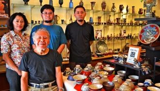 壺屋で代々陶工を営んできた新垣勲さん(手前)、(後列左から)妻の順子さん、長男の貴司さん、三男の仁章さん