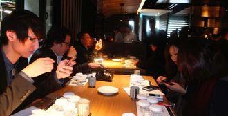 泡盛を試飲する台湾の飲食店関係者ら(泡盛マイスター協会提供)