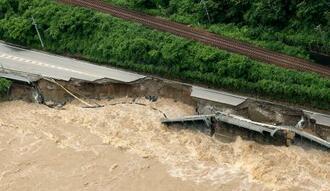 大雨による飛騨川の増水で崩落した岐阜県下呂市の国道41号=8日午前11時40分(共同通信社ヘリから)