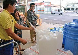夜間断水に備え、水タンクなどの品定めをする石垣市民=石垣市新栄町・ホームセンターKmax