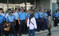 玄関に二重三重の壁、にらみ合い続く 沖縄防衛局に70人「聴聞」の対応巡り