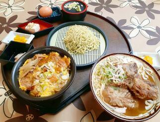 人気メニューの、四国のソウルフード「茶ざる」がついたミニうな玉丼茶ざるセット(手前左)と、1日20食限定の軟骨ソーキそば(手前右)。うな丼やうな重などは持ち帰りも可能だ