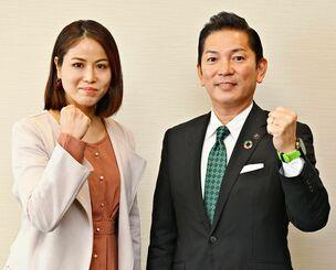 市長選に向け意気込む松本哲治氏(右)と伊礼悠記氏=14日、沖縄タイムス社
