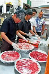 手際よく肉を準備する従業員ら=沖縄市泡瀬・「焼肉パラダイス キングコング」