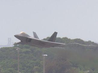 米軍嘉手納基地を離陸するF22=午前10時34分(読者提供)