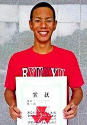 男子自由形100メートルを制し、200メートルと2冠となった那覇西の喜屋武陽介=佐賀県総合運動場水泳場(提供)