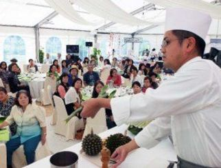 園内で採れたサボテンなどを使った料理を披露する山川博之さん=7日、東南植物楽園