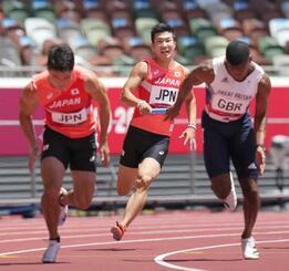 男子400メートルリレー予選 第3走者の桐生祥秀(中央)からアンカーの小池祐貴(左)へリレー=国立競技場