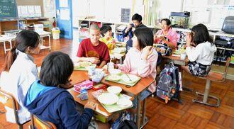 残り少ない崎本部小学校での学校生活を惜しみながら給食の時間を楽しむ児童ら=28日、本部町の同校