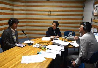 番組パーソナリティーの西向幸三さん(右)らと、子どもの貧困問題について語る西里大輝記者(左)=16日、浦添市・エフエム沖縄