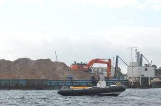 土砂の積み込み作業が続く「K9」護岸=7日午前、名護市・大浦湾