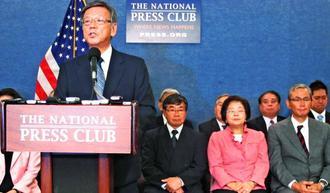 記者会見で初めての訪米活動を振り返る翁長雄志知事(手前)=2015年6月3日、ワシントン・ナショナルプレスセンター