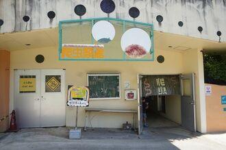 盗難されたとみられるリュウキュウヤマガメとセマルハコガメが展示されていた爬虫(はちゅう)類館=6日、沖縄県沖縄市の沖縄こどもの国