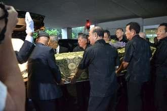 関係者によって送り出される大田昌秀さんの棺=14日午後0時すぎ、浦添市・いなんせ会館