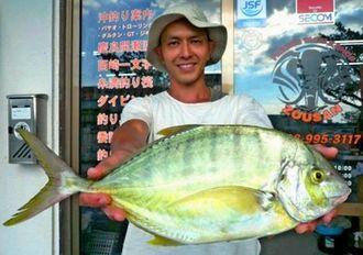西崎漁港で54センチ、1.65キロのコガネシマアジを釣った末吉祐樹さん=10月9日