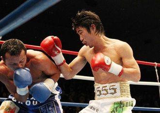 5回、相手を追い詰める翁長吾央(右)=東京・後楽園ホール(エムアイプランニング撮影)