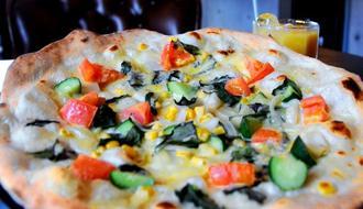 人気1番の野菜ピザ。店内は落ち着いた雰囲気