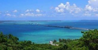 2015年1月31日に開通する宮古島市の伊良部大橋(沖縄県土木建築部提供)