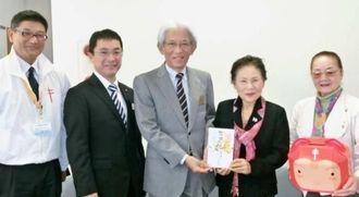琉銀が複十字基金に寄付 平良菊会長(右から2人目)に寄付を手渡す高良幸明常務(中央)