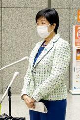 退庁時、報道陣の取材に応じる東京都の小池百合子知事=21日夜、都庁