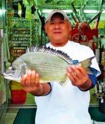 東浜の海岸で44センチ、1.49キロのチンシラーを釣った山城辰彦さん=9日