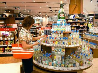 イオン琉球が運営する県内最大級のリカーショップ「AEON LIQUOR」では全46酒造所の泡盛1300種類以上をそろえる。古酒表示改定の影響はほぼなかったという=29日、北中城・イオンモール沖縄ライカム
