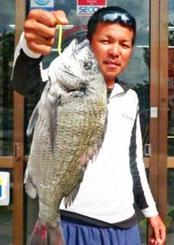 西崎海岸で42.5センチ、1.27キロのチヌを釣った金城盛剛さん=10月26日