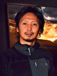 「写真を撮る際には、心のフィルターやノイズを極力排除したい」と語る竹沢うるまさん=東京・港区のキヤノンギャラリーS