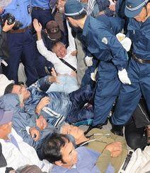 警察官に囲まれ、キャンプ・シュワブゲート前から排除される市民=11月4日午前、名護市辺野古(沖縄タイムス撮影)