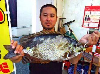 本部海岸で46センチ、1・95キロのカーエーを釣った宮城勇人さん=4月28日