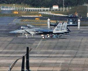 米軍普天間飛行場に着陸した嘉手納基地所属のF15戦闘機2機=31日午後4時47分、宜野湾市