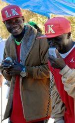 「頑張れ辺野古」と歌で激励したウガンダ出身の(右から)ムサさん、キーラムさん=3日、名護市辺野古