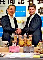 業務提携を発表したリウボウ商事の糸数社長(左)とテイスト・ディストリビューションのアレック・パターソン代表=7日、那覇市のデパートリウボウ