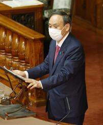 参院本会議の代表質問で答弁する菅首相=22日午前