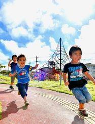 梅雨の晴れ間に公園で元気よく遊ぶ子どもたち=23日午後、中城村・南上原糸蒲公園(金城健太撮影)