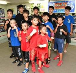 「大吾選手に続け」とファイティングポーズを取る小中学生ボクサー=宜野湾市愛知・琉球ボクシングジム