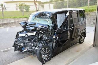 亡くなった女性が運転していた軽乗用車。前部が大破していた=22日、沖縄署