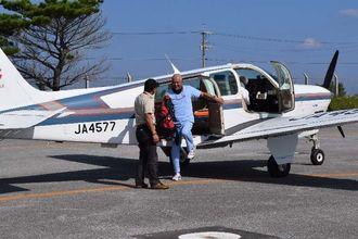 MESHサポートの小型飛行機で伊江島空港に到着した深谷医師=伊江村・同空港