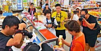 総菜店で取材する台湾メディアの記者ら=7日、石垣市登野城